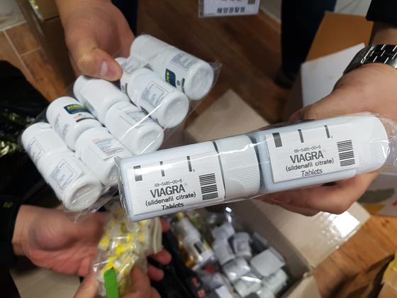 중국인 공급자가 제조, 한국에 몰래 들여와 유통한 가짜 발기부전 치료제. 해양경찰청은 지난 2월 밀수 조직을 검거하고 가짜 의약품을 압수했다. [사진 해양경찰청 제공]