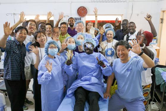 11일 300차 캠프의 마지막 환자였던 마시파 부 수술을 마친 후 촬영한 단체사진. [사진 비전케어]