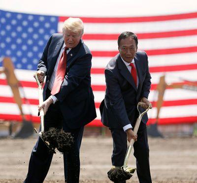 지난해 미국 위스콘신주 폭스콘 공장 기공식에서 도널드 트럼프(왼쪽) 미 대통령과 궈타이밍 회장. [AP=연합뉴스]