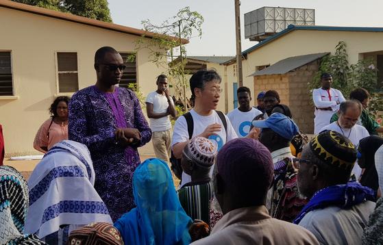 김동해 비전케어 이사장(가운데 하얀옷)이 캠프 마지막날 수술을 받은 환자들에게 사후 관리법 등 주의사항을 설명하고 있다. 김지아 기자