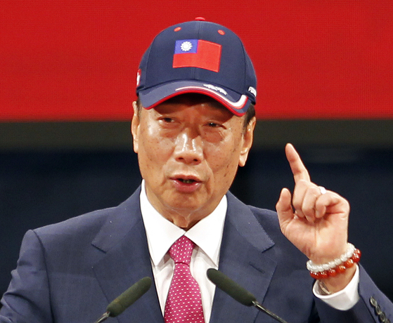 궈타이밍 훙하이정밀공업 회장이 지난 2월 대만 타이베이에 본사에서 열린 직원 축제에서 연설하고 있다. 궈 회장은 지난 17일 내년 실시되는 대만 총통 선거 출마를 선언했다. [AP=연합뉴스]