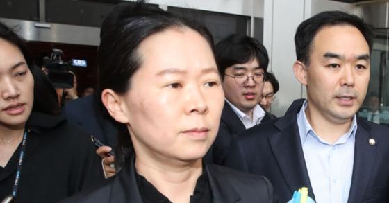 사개특위 위원에서 사보임된 권은희 바른미래당 의원이 25일 오후 서울 여의도 국회 운영위원장실을 빠져나와 이동하고 있다. 오른쪽은 채이배 의원. 김경록 기자