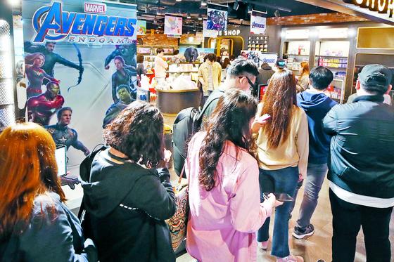 24일 서울 한 영화관에서 마블 기획상품을 사려고 관객들이 줄을 서 있는 모습. [연합뉴스]
