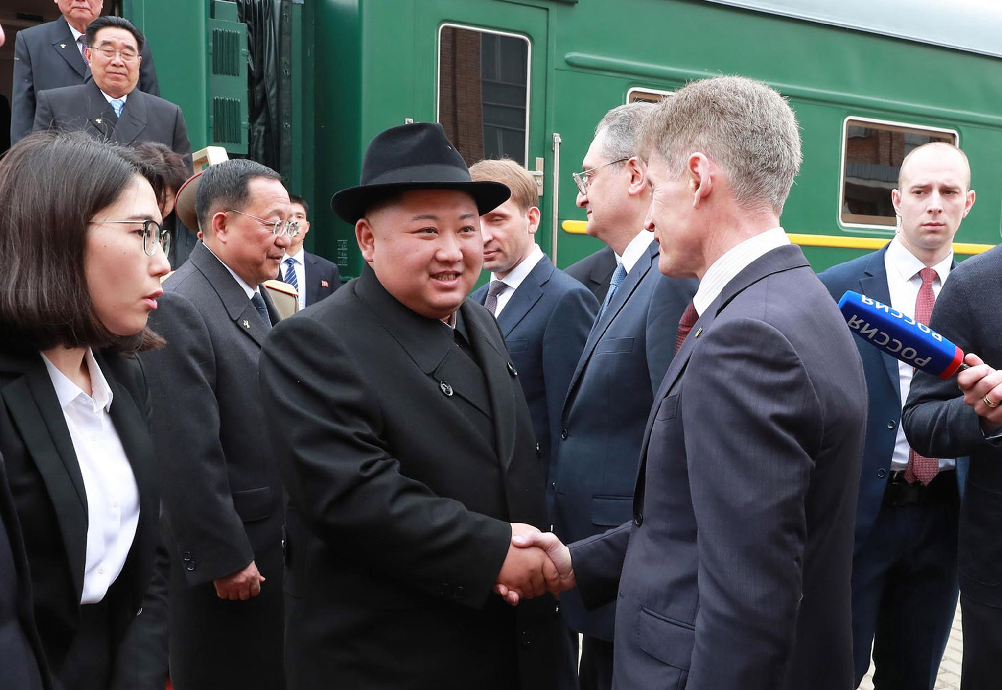 김정은 북한 국무위원장이 24일 러시아 블라디보스톡 역에 도착해 러시아 관계자의 영접을 받고 있다.[AP-연합뉴스]