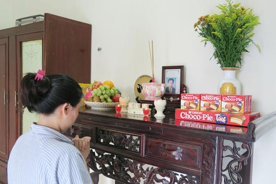 베트남의 한 가정에 마련된 제단에 초코파이가 올려져 있는 모습. [사진 오리온]
