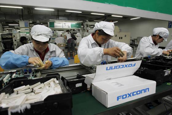 중국 선전시 폭스콘 공장에서 근로자들이 제품을 조립하고 있다. [AP=연합뉴스]
