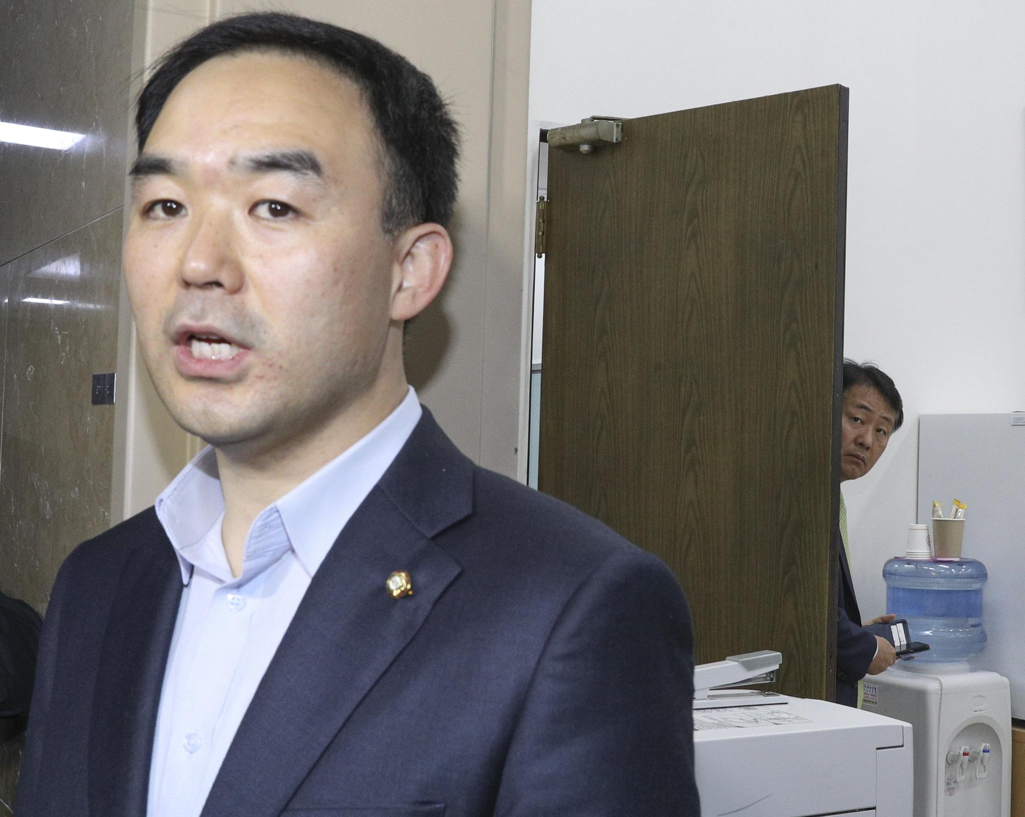 바른미래당 김관영 원내대표가 25일 국회 운영위원장실 문 뒤에서 채이배 의원의 발언을 듣고 있다. 임현동 기자