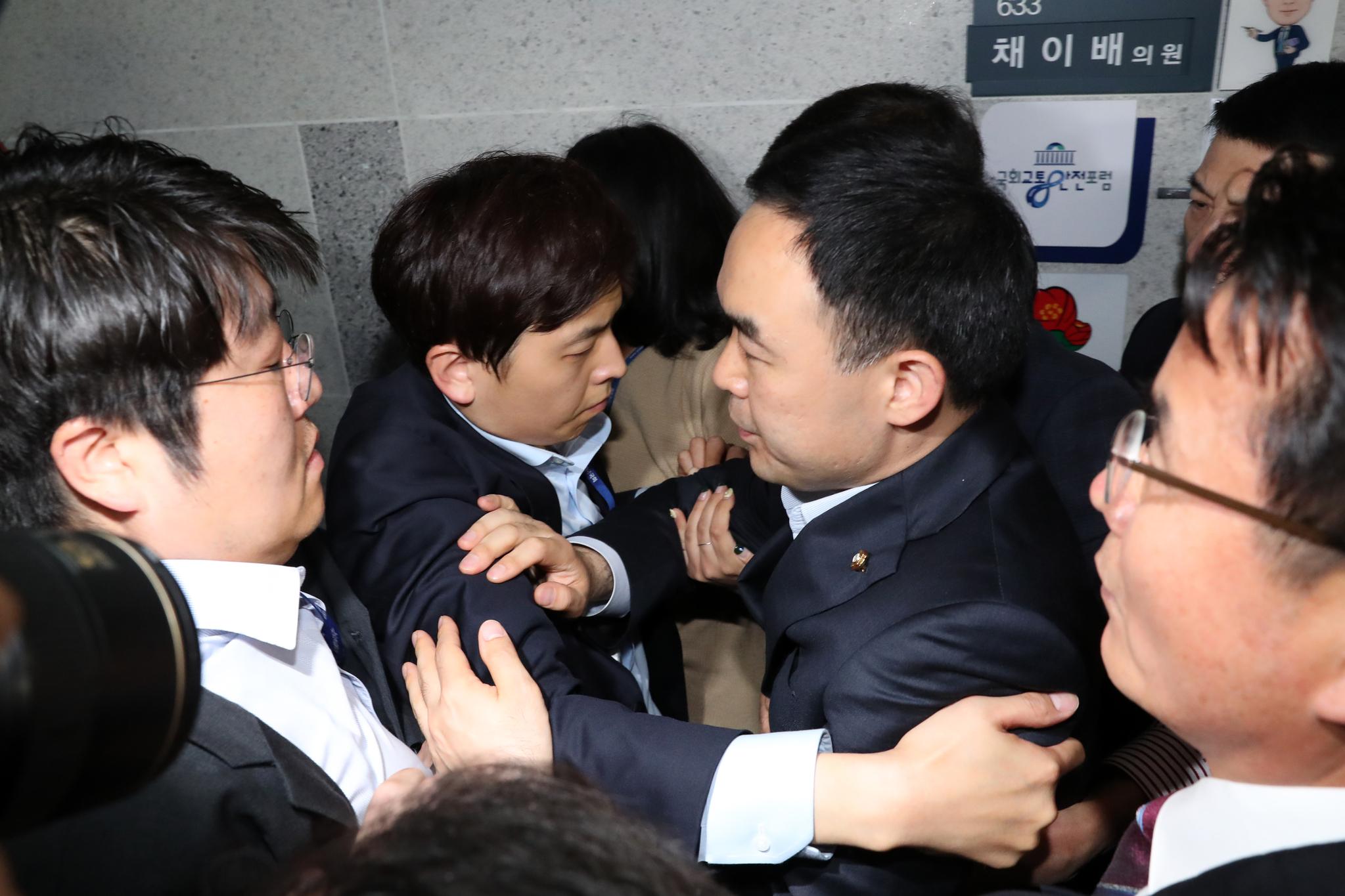 바른미래당 사개특위 위원으로 교체된 채이배 의원이 25일 오후 서울 여의도 국회 의원회관 의원실을 빠져나오고 있다. 채 의원은 이날 사개특위 출석을 막는 자유한국당 의원들로 인해 의원실에 감금 돼 있었다. 김경록 기자