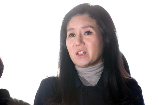 동물 안락사 논란을 빚은 동물권단체 '케어' 박소연 대표가 지난달 14일 오전 서울 종로경찰서에서 피의자 신분으로 출석, 취재진 질문에 답하고 있다.[뉴스1]