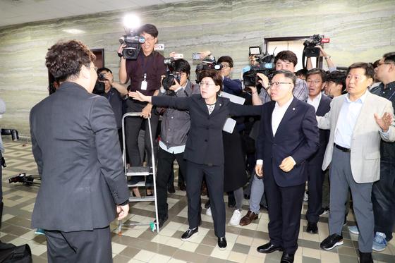 25일 오후 국회 의안과 앞에서 자유한국당 의원들이 고위공직자비리수사처 법안 접수를 저지하고 있다. [연합뉴스]