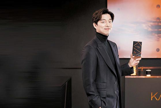 배우 공유가 프리미엄 인스턴트 원두커피 '맥심 카누 시그니처'를 들고 있다.  [사진 동서식품]
