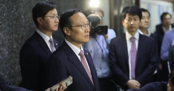 홍영표 더불어민주당 원내대표가 25일 오후 서울 여의도 국회에서 기자회견을 갖고 국회상황에 관해 발언을 하고있다. [뉴스1]