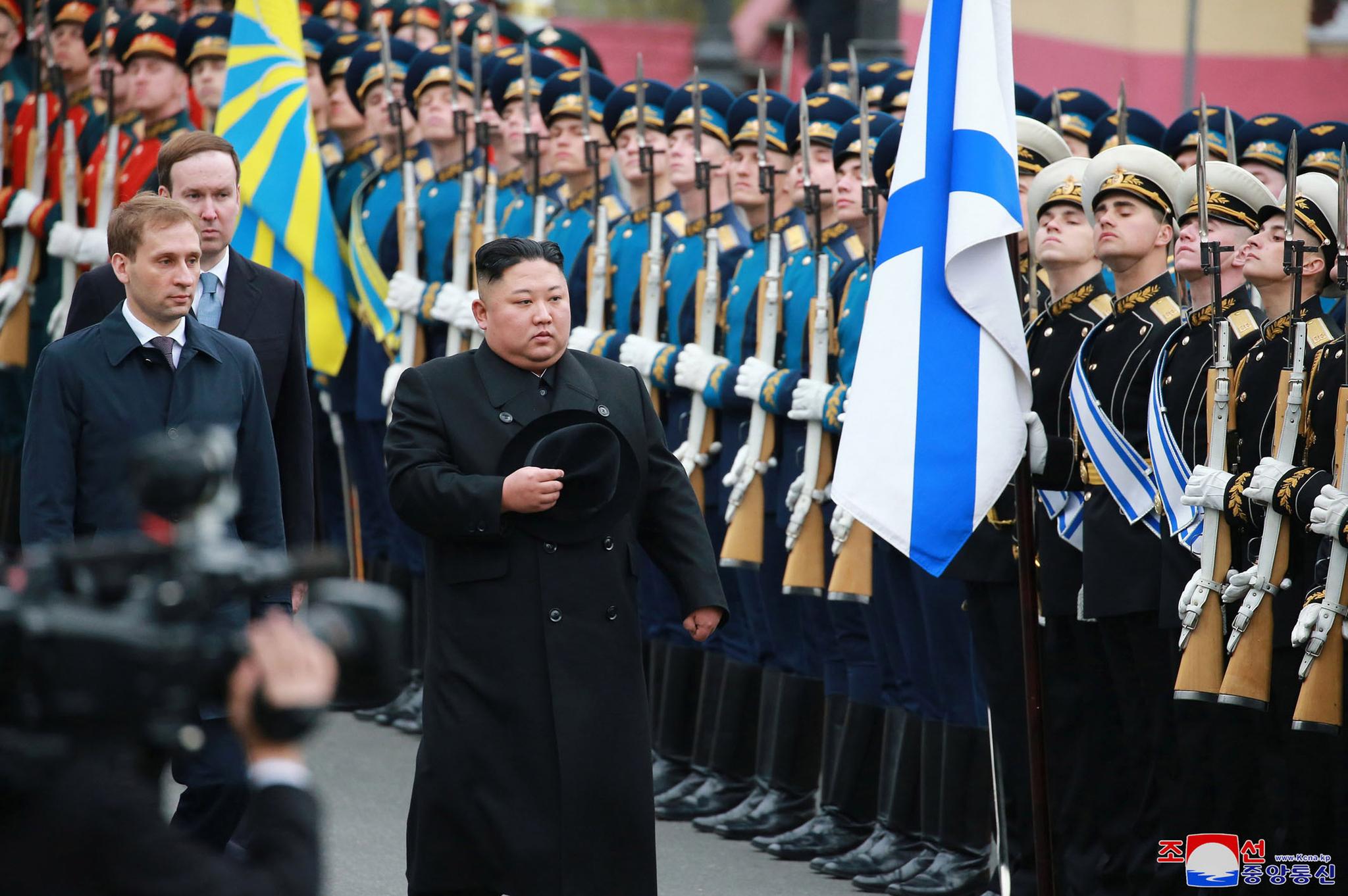 김정은 북한 국무위원장이 24일 러시아 블라디보스톡에 도착해 의장대를 사열하고 있다. 이 모습은 아래 김일성 주석의 의장대 사열 모습과 거의 흡사하다. [AP=연합뉴스]