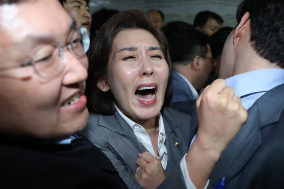 나경원 자유한국당 원내대표가 25일 오후 서울 여의도 국회 의안과 앞에서 몸싸움에 휘말려 비명을지르고 있다. [뉴스1]