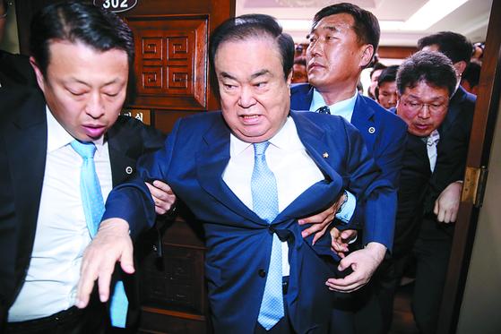 문희상 국회의장이 24일 국회의장실을 항의 방문한 자유한국당 의원들을 피해 밖으로 나가고 있다. [김경록 기자]