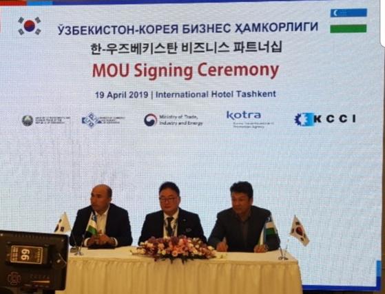 우즈베키스탄 도로교통국 아비드 치 아디로프 차관(왼쪽부터), 도로교통청 루슬란 청장, ㈜카리스 유철 대표