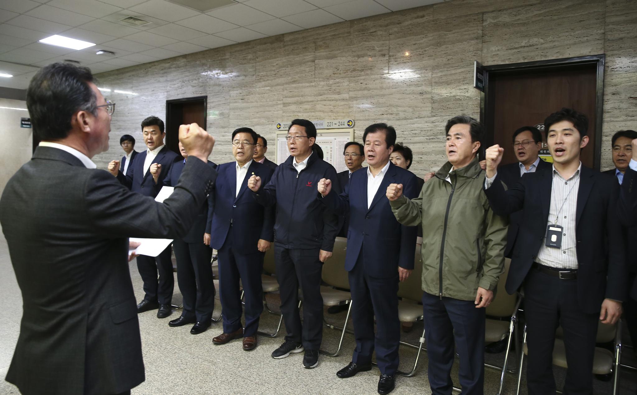 자유한국당 의원과 관계자들이 25일 본청 특위 회의실(220호) 앞에서 구호를 외치고 있다 . 임현동 기자