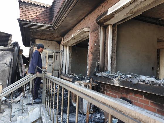 강원도 고성군 토성면에 사는 이기흥(62)씨가 지난 4일 발생한 초대형 산불로 불에 타 버린 자신의 집을 바라보고 있다. 고성=박진호 기자