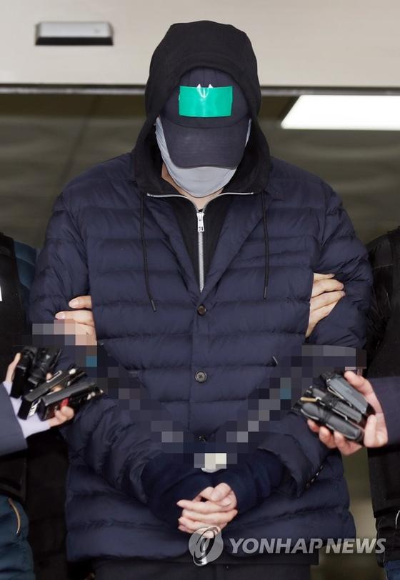 변종 마약을 상습 투약한 혐의로 경찰에 구속된 SK가 3세 최모(31)씨가 9일 오전 인천시 남동구 남동경찰서를 나서 인천지방검찰청으로 향하고 있다. [연합뉴스]