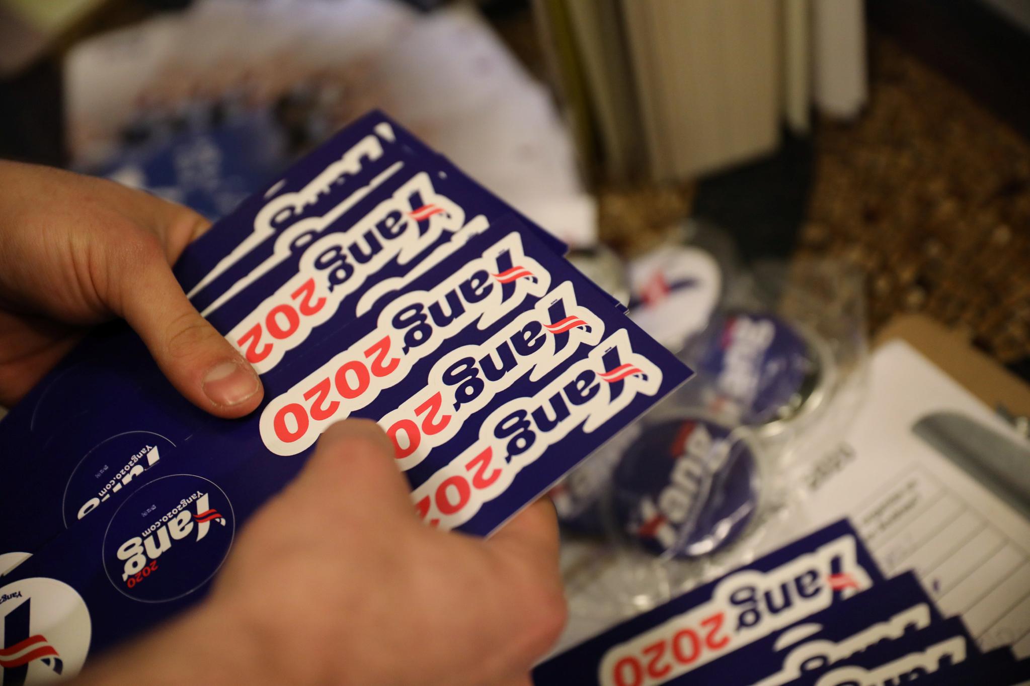지난 3월 아이오와의 한 가정집에서 열린 모임에서 선거캠프 관계자가 양 후보의 선거용품을 나눠주고 있다.[로이터=연합뉴스]