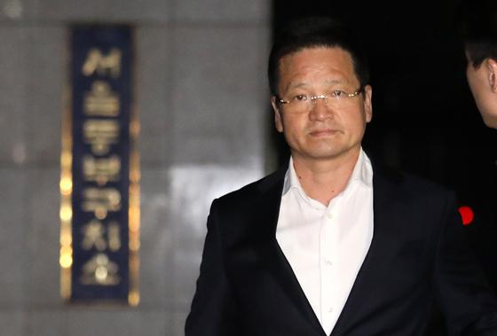 김학의 전 법무부 차관의 별장 성접대 의혹 사건 핵심 인물인 건설업자 윤중천(58)씨가 지난 19일 저녁 구속영장이 기각되자 서울 송파구 동부구치소를 빠져나오고 있다. [뉴스1]