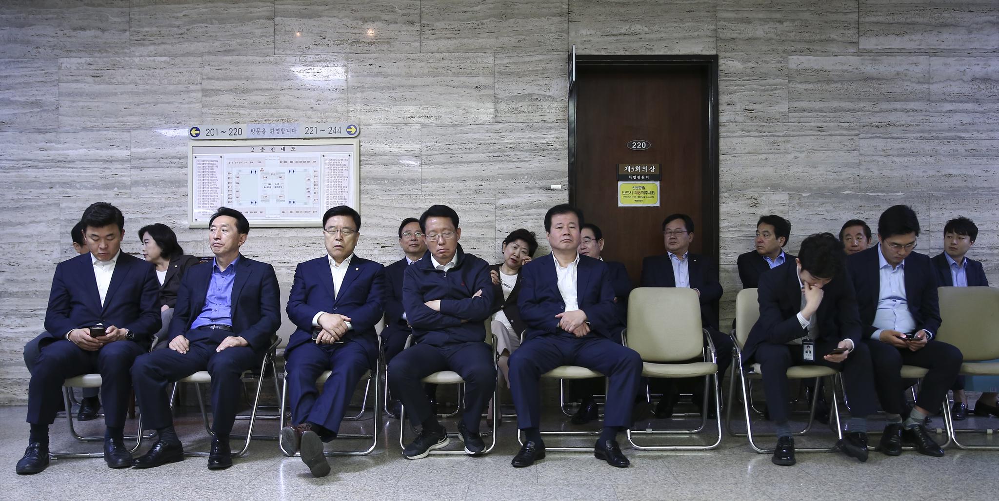 자유한국당 의원과 관계자들이 25일 본청 특위 회의실(220호) 앞에서 대기하고 있다 . 임현동 기자