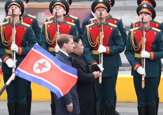 북한 김정은 국무위원장이 24일 오후(현지시간) 블라디미르 푸틴 러시아 대통령과 정상회담을 하기 위해 블라디보스토크역에 도착한 뒤 러시아군 의장대를 사열하고 있다. [연합뉴스]