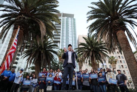 민주당 대선후보로 나선 앤드류 양이 22일 LA 도심에서 선거유세를 하고 있다.[로이터=연합뉴스]