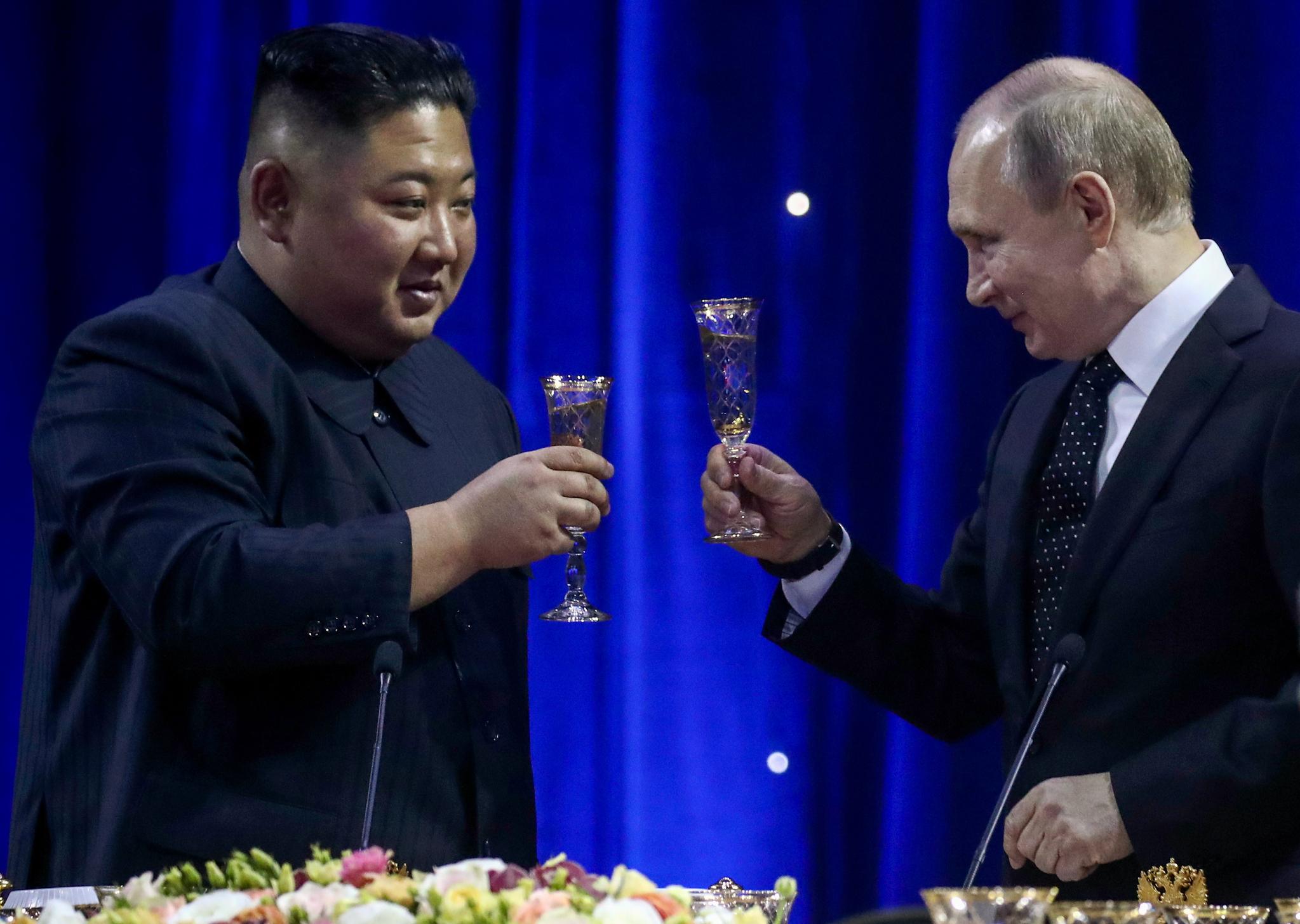 김정은 북한 국무위원장과 푸틴 대통령이 3시간여의 회담을 모두 마치고 만찬장으로 이동해 건배사를 한 뒤 건배하고 있다. [TASS=연합뉴스]