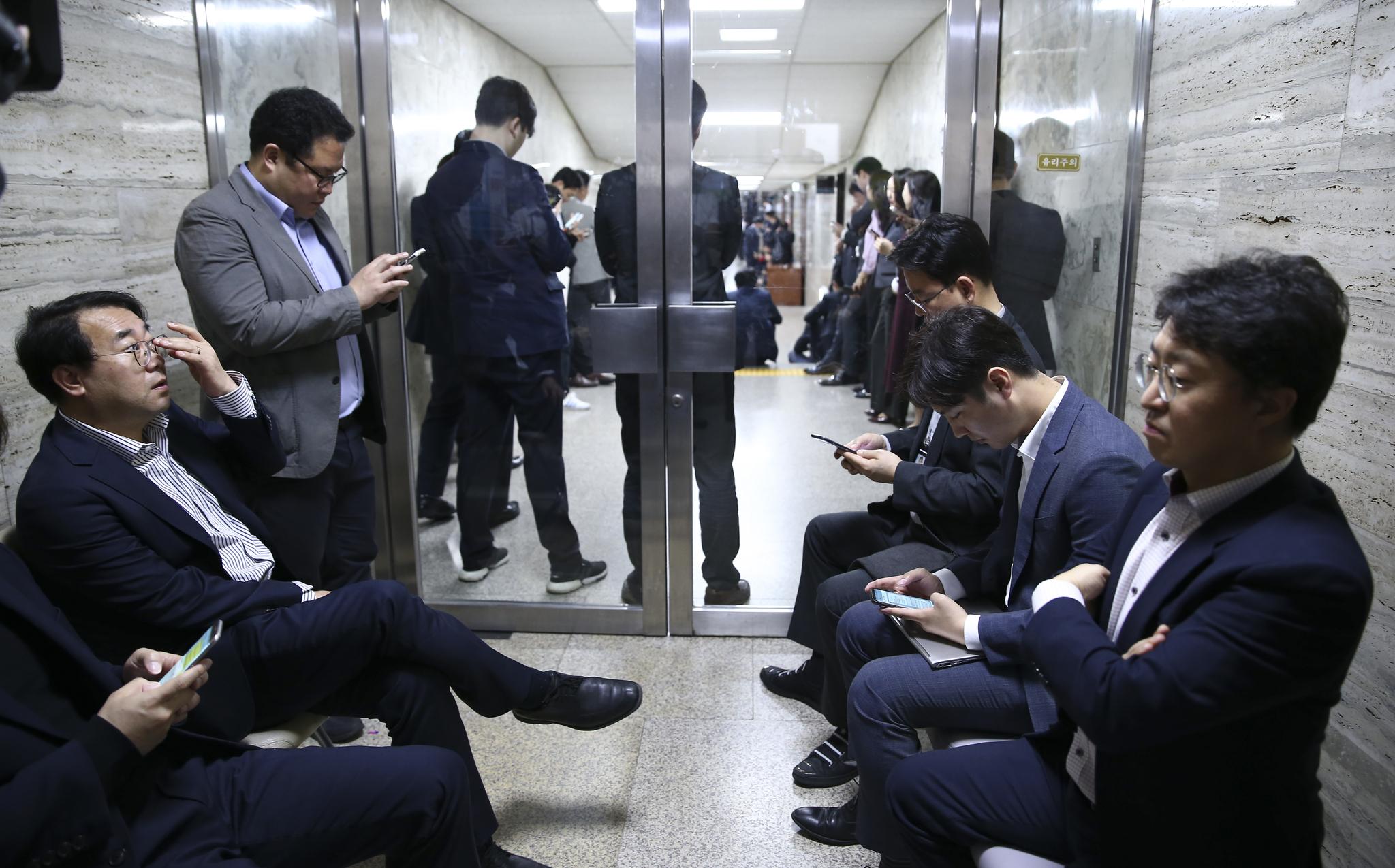 자유한국당 관계자들이 사개특위(245호) 회의실 출입구를 막고 있다. 임현동 기자