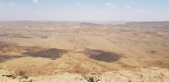네게브 사막 중간에 자리잡은 라몬 분화구. 채인택 기자