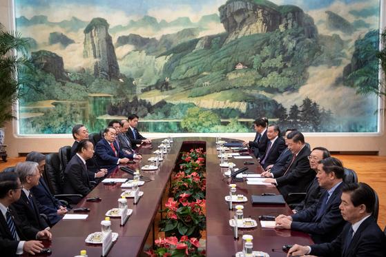 시진핑 중국 국가주석이 24일 방중한 니카이 도시히로 자민당 간사장과 마주 앉아 회담하고 있다. [로이터=연합뉴스]