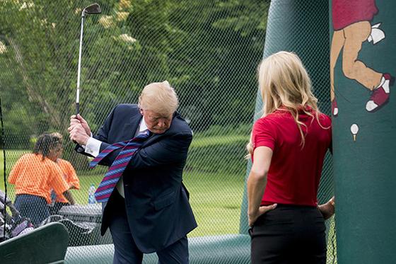 트럼프 대통령이 지난해 백악관 스포츠의 날 행사에서 걸비스한테 레슨받고 있다. [AP=연합뉴스]