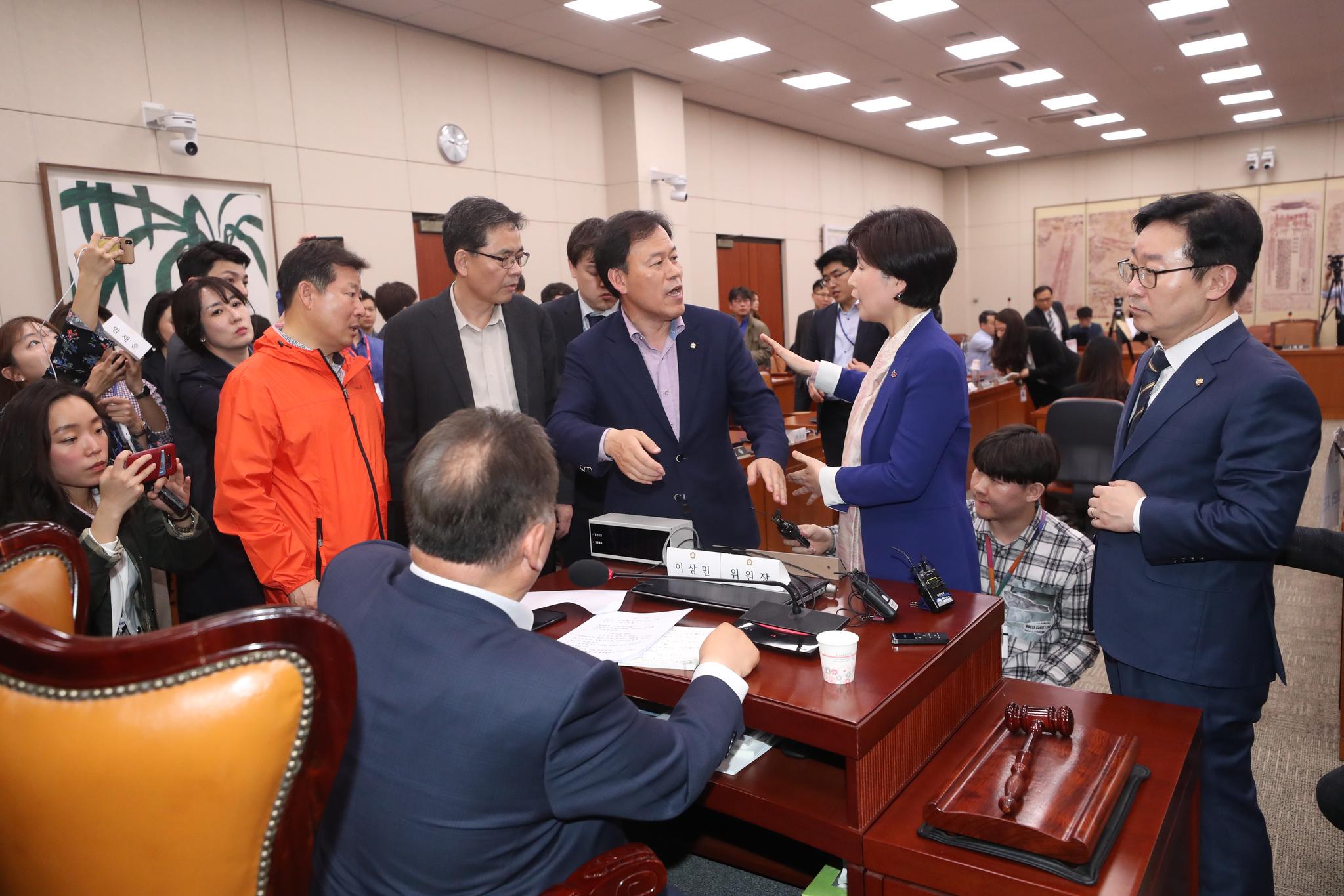 자유한국당 의원들이 26일 문체위 회의실로 사개특위 장소를 변경한 이상민 위원장에게 항의하고 있다. [연합뉴스]