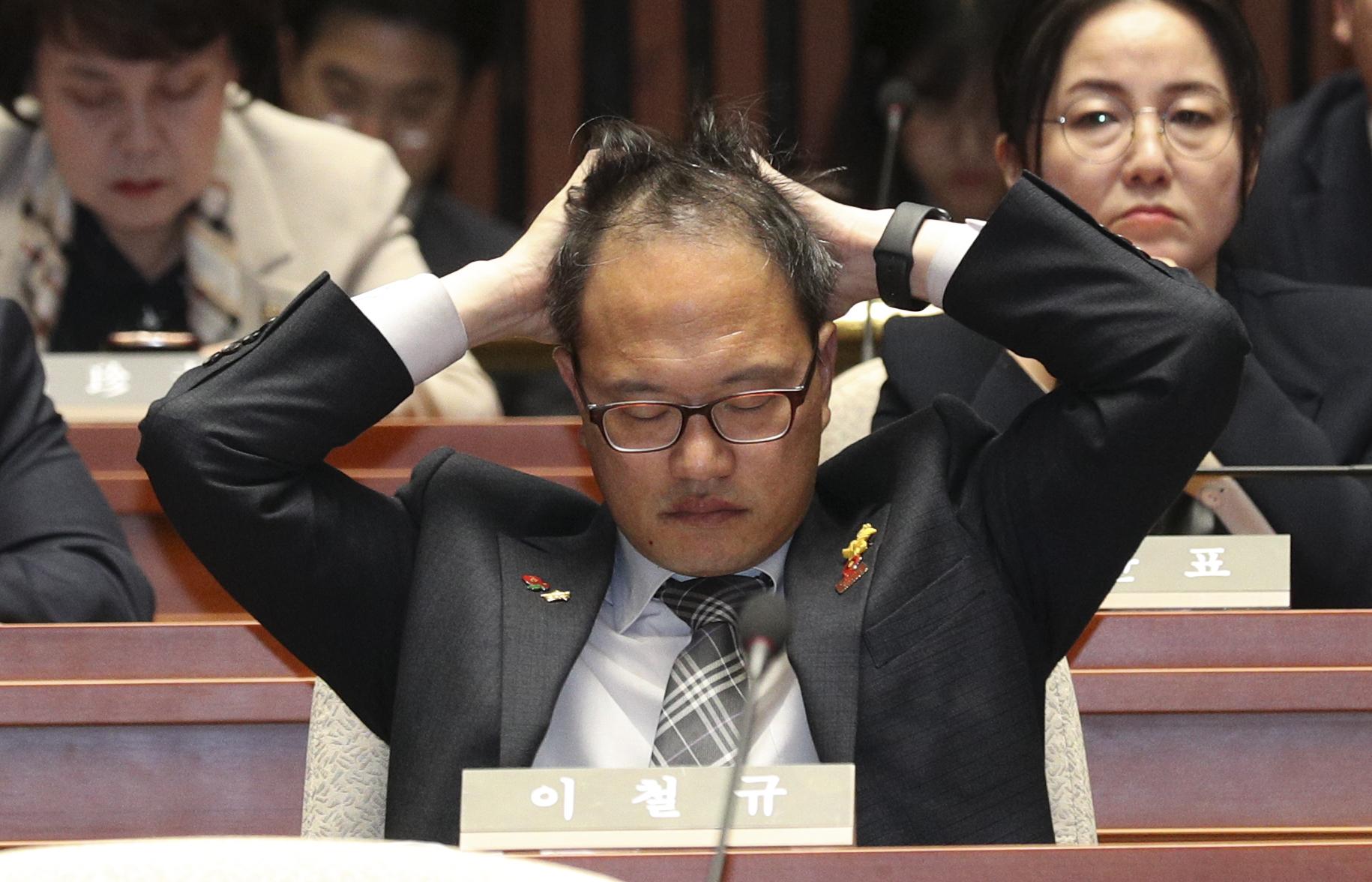 박주민 의원이 머리를 만지고 있다. 임현동 기자