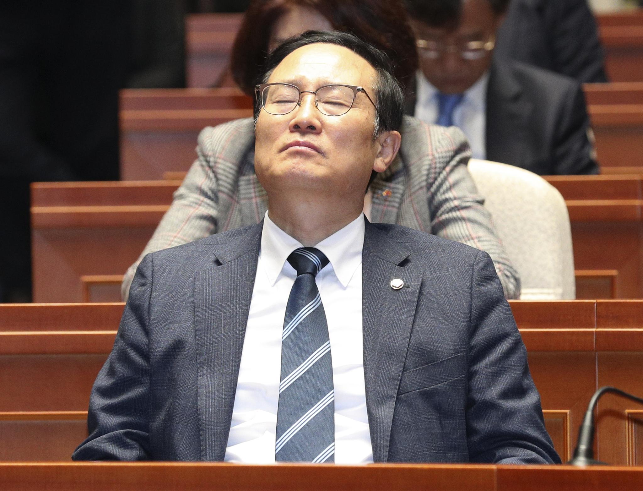 홍영표 원내대표가 눈을 감고 의원들 발언을 듣고 있다. 임현동 기자