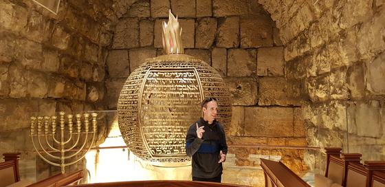 '통곡의 벽' 지하에서 발굴한 고대 유대 성전 입구 석조물의 모습. 유대 예배당이 들어섰다. 채인택 기자