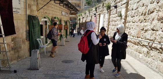 예수가 십자가를 지고 걸었던 길, 비아돌로로사. 팔레스타인 학생들의 모습. 채인택 기자