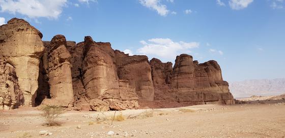 자연·기술·역사가 뒤섞인 네게브 사막은 이스라엘의 매력적인 여행지다. 바위가 풍화한 '솔로몬의 기둥'. 채인택 기자