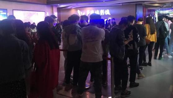21세기경제보도는 이날 '어벤져스:엔드게임' 첫 회 상영 전부터 베이징의 한 극장은 줄을 선 관객으로 떠들썩했으며 타노스 장갑 등 영화 소품을 가지고 기념사진을 찍는 사람들도 보였다고 전했다. 새벽 3시가 넘어 첫 회 상영이 끝났을 때는 다음 회 상영을 기다리는 관객들로 북적였다. [사진 21세기경제보도]