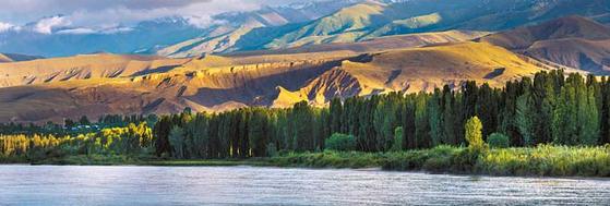 키르기스스탄의 '이식쿨' 호수 전경. 세계에서 두 번째로 큰 산정호수다.