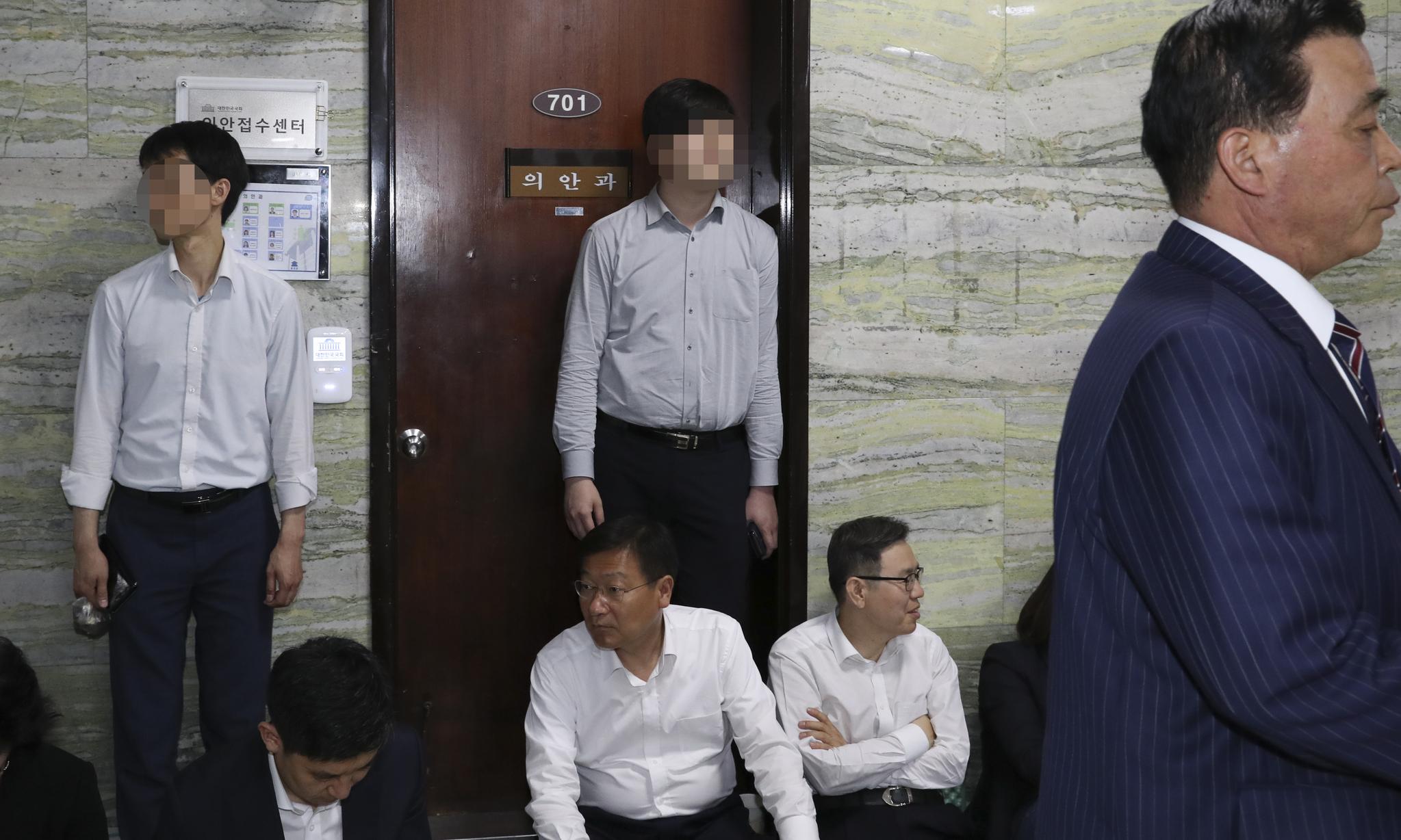 자유한국당 관계자들이 26일 오전 국회 본청 의안과 앞을 지키고 있다. 임현동 기자