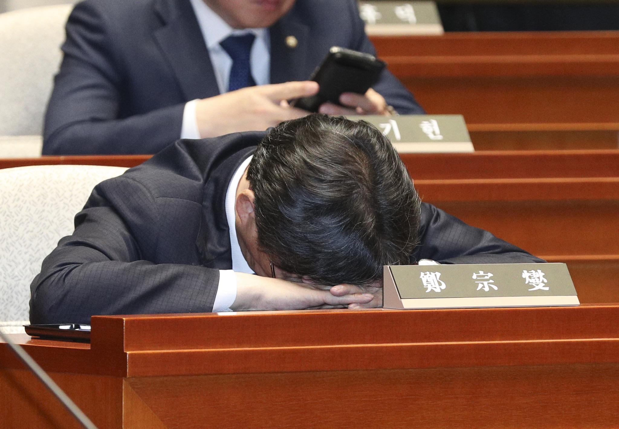 한 의원이 옆드려 있다. 임현동 기자