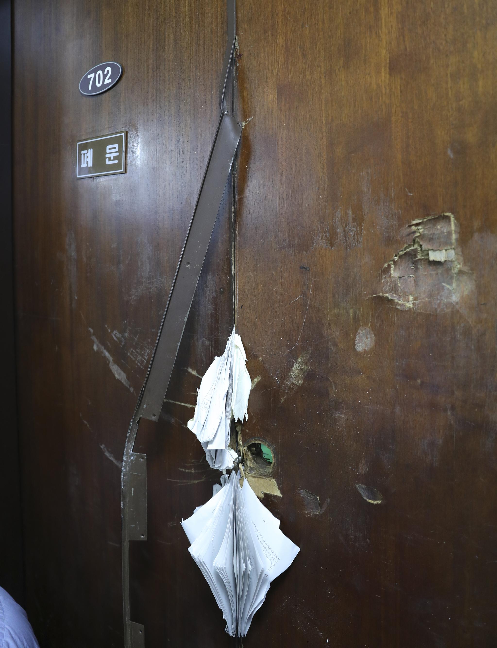 26일 새벽 선거제, 개혁법안 패스트트랙을 놓고 치열한 몸싸움을 벌이면서 부서진 국회 의안과 문. 임현동 기자