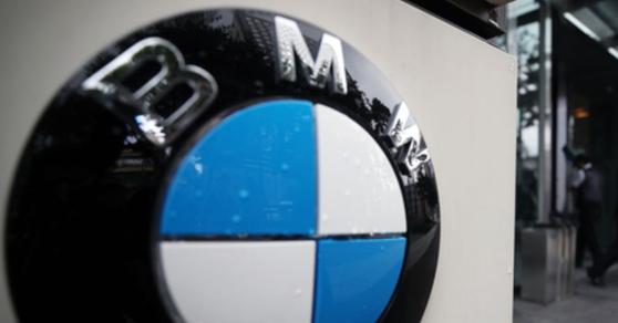 BMW코리아 사무실이 입주한 서울의 한 빌딩 외부에 붙은 BMW 로고.[연합뉴스]