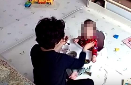 서울 금천구에서 한 아이돌보미가 생후 14개월 아기의 뺨을 때리는 모습. [사진 유튜브 캡처]
