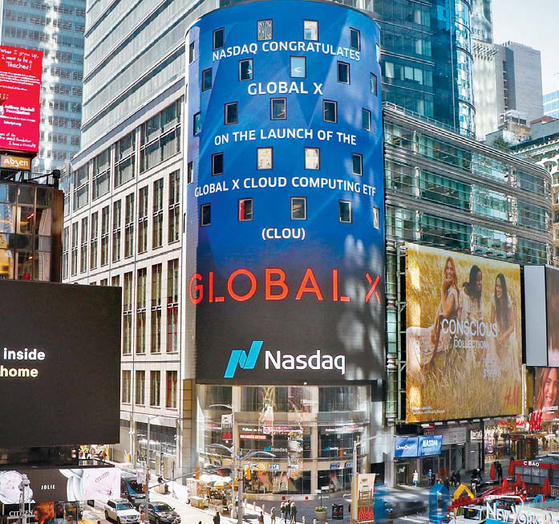 지난 16일(현지 시각) 상장된 '글로벌X 클라우드 컴퓨팅 ETF'가 미국 뉴욕 타임스퀘어에 위치한 나스닥 마켓사이트(NASDAQ MarketSite)에 표시돼 있다. [사진 미래에셋자산운용]