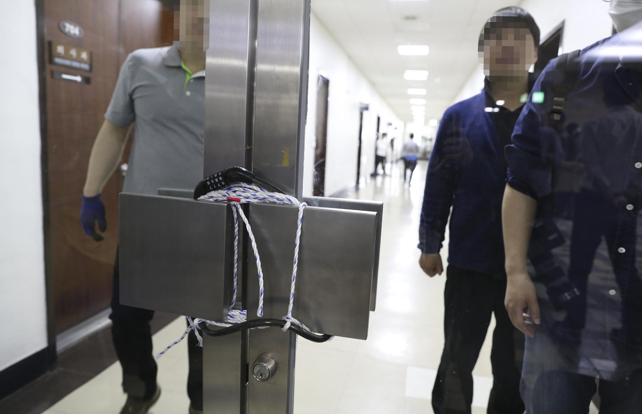 자유한국당은 26일 오후 국회 의안과로 통하는 복도의 문을 자물쇠와 줄로 출입문을 봉했다. 임현동 기자