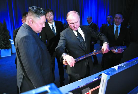검 선물 주고받은 김정은과 푸틴