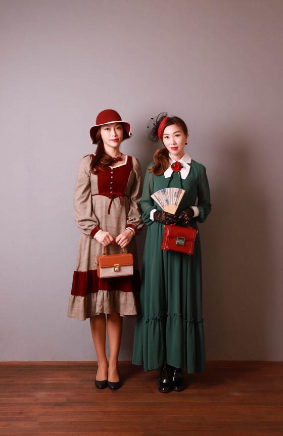 개화기 의상을 직접 착용한 인천 '장의상실'의 장은숙·장은주 자매.
